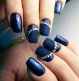 Красивий синій манікюр зі стразами
