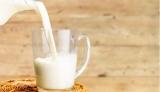 Медики розповіли, чому жінкам не варто пити молоко
